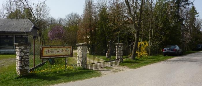 Az ugodi Árnyaserdő Vendégház és turistaszálló főbejárata